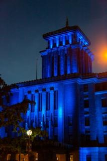 青いライトアップの神奈川県庁舎(縦)