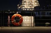 救命浮環が手すりにかかる港ヨコハマの夜景
