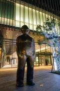 夜のGrowの銅像(横浜三井ビルディング前)