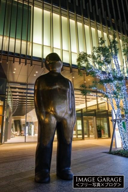 夜のGrowの銅像(横浜三井ビルディング前)のフリー写真素材
