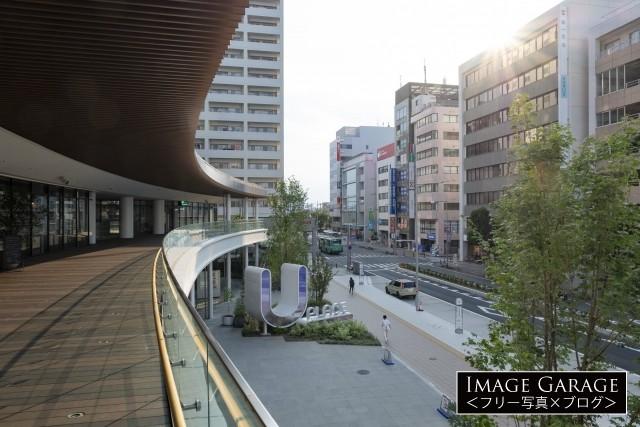 越駅・U_PLACEの2階デッキ部分のフリー写真素材(無料)