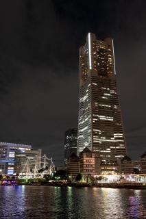 夜の横浜にそびえるランドマークタワー