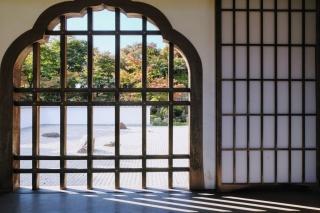 宝徳寺の格子窓から見る日本庭園