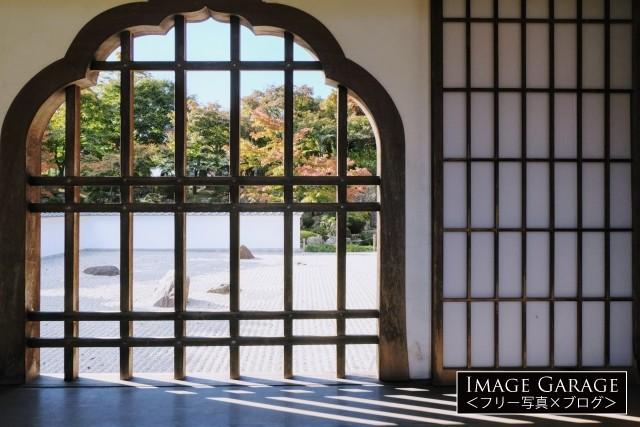 """宝徳寺の格子窓から見る日本庭園のフリー""""写真素材 width="""