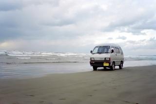 千里浜とダイハツハイゼット(1990〜92年式)