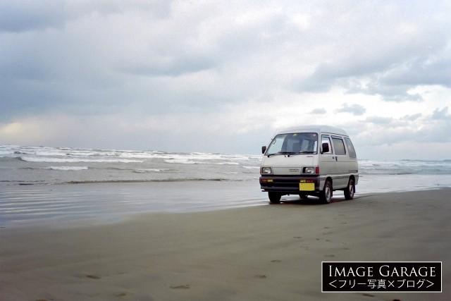 千里浜とダイハツハイゼット(1990〜92年式)のフリー写真素材
