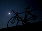 月夜の下の自転車