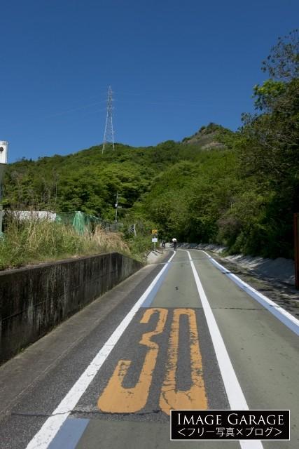 しまなみ海道・因島大橋に向かう自転車道のフリー写真素材