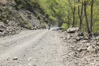 剣山スーパー林道を走るバイク