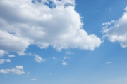 大きな白い雲がある青空