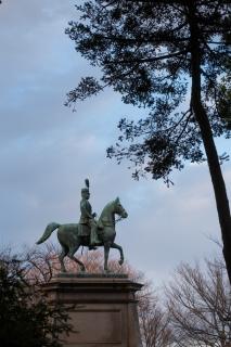 馬に跨がる小松宮彰仁親王像(縦・引き)
