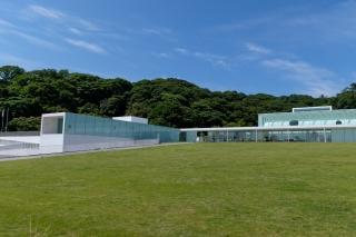ガラスで覆われた横須賀美術館の建物