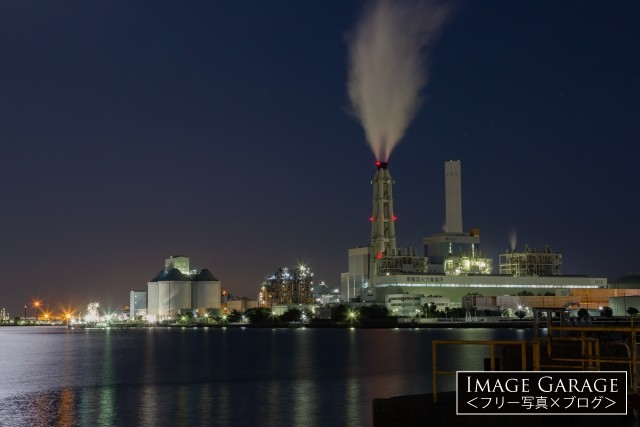 根岸湾・南横浜火力発電所の夜景のフリー写真素材