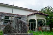 東通村猿ヶ森小中学校の校舎入口