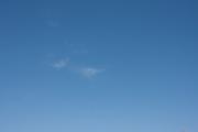 少ししか雲がない青空