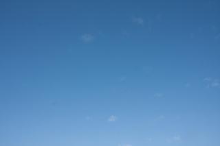 ちょぼちょぼ雲の青空(横位置)