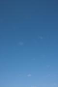ちょぼちょぼ雲の青空(縦位置)