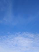下半分に細かい雲がある青空(縦位置)
