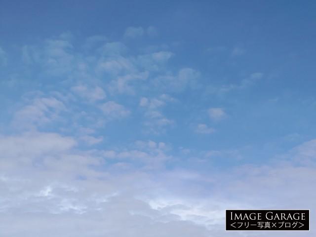 ポツポツした雲がある青空(横位置)のフリー画像(無料写真素材)