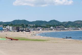 白い砂浜が続く三浦海岸