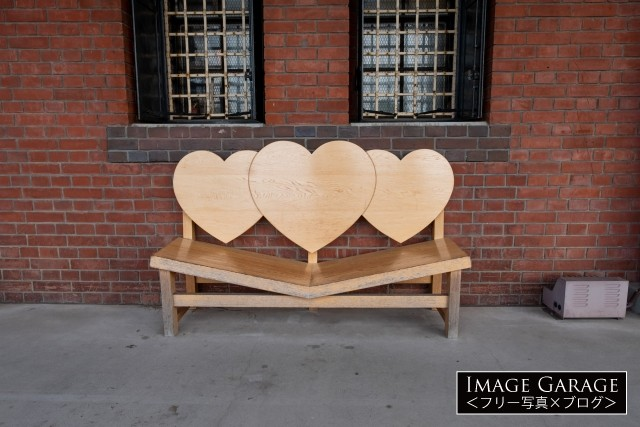 赤レンガ倉庫2号館のハートの椅子のフリー写真素材(無料)