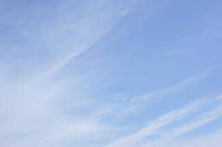 柔らかいトーンの爽やかな青空(横位置)