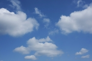 雲が浮かぶ青空(横位置)