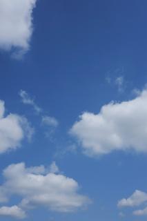 雲の浮かぶ青空(縦位置)