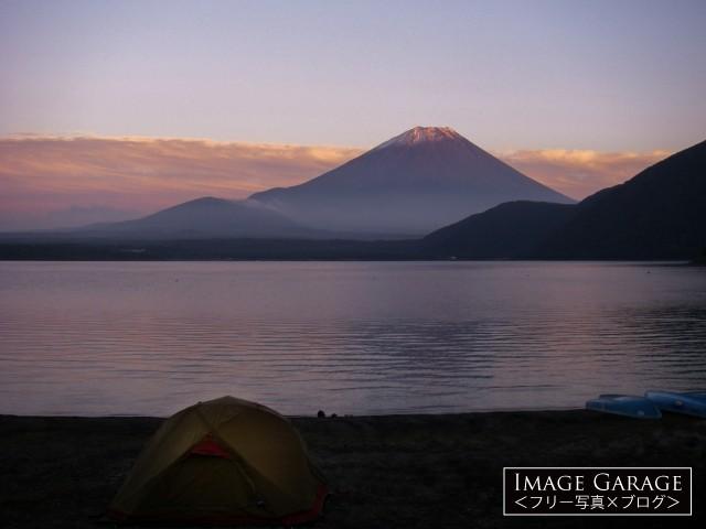 浩庵キャンプ場からの本栖湖と富士山のフリー写真素材