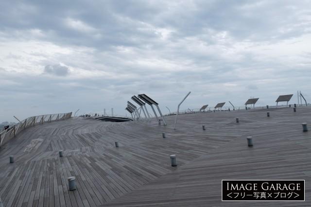 大桟橋屋上のウッドデッキ(くじらのせなか)のフリー画像(無料写真素材)