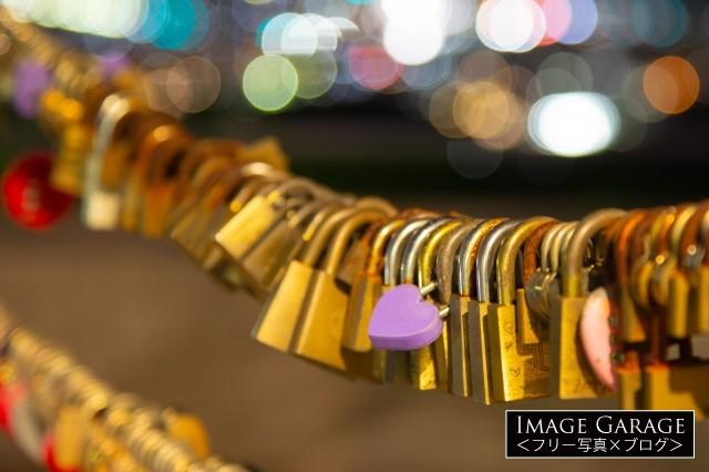 湘南平のainowaにかけられた南京錠のフリー画像(無料写真素材)