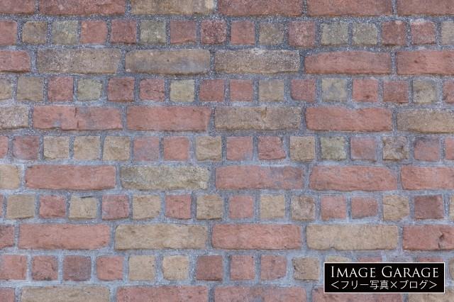 ポップなイメージのレンガの壁のフリー写真素材(無料画像)