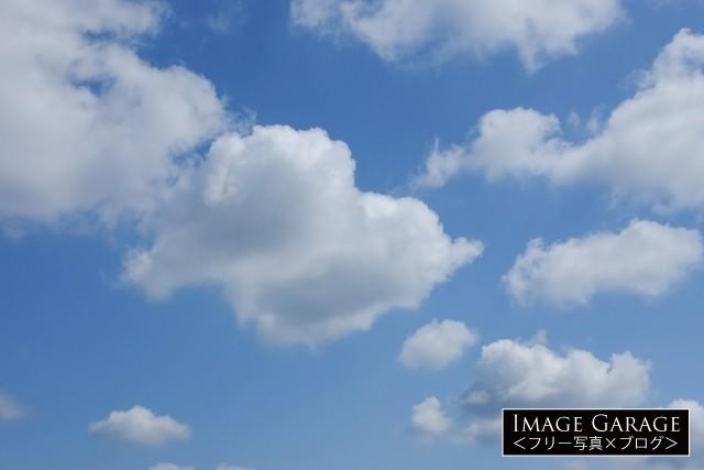 綿のような雲がある青空(横)のフリー写真素材(無料画像)