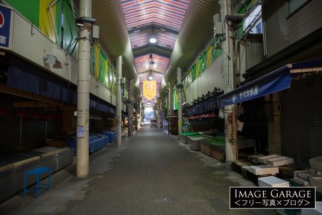 早朝の近江町市場のフリー写真素材(無料画像)
