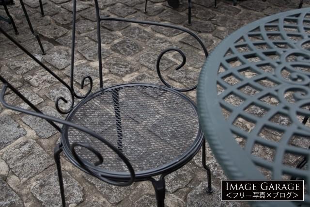 石畳の上のテラス席の椅子とテーブルのフリー画像(無料写真素材)