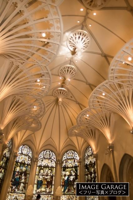 青山セントグレース大聖堂・チャペル内(縦)のフリー画像(無料写真素材)