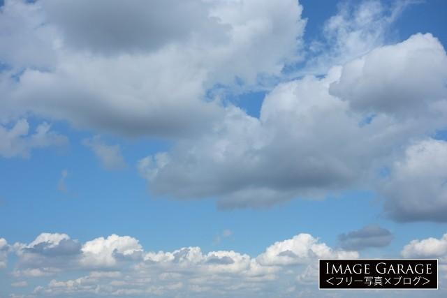 大きな雲の浮く青空(横)のフリー画像(無料写真素材)