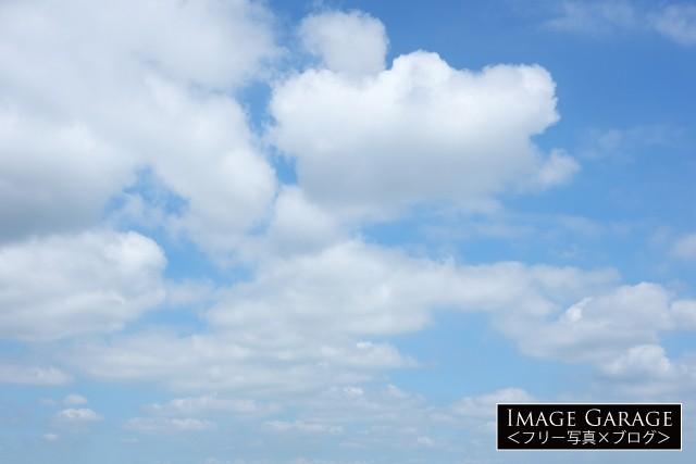 綿雲が続く青空のフリー画像(無料写真素材)