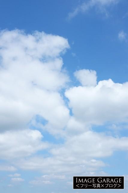 綿雲が続く青空(縦)のフリー写真素材(無料画像)