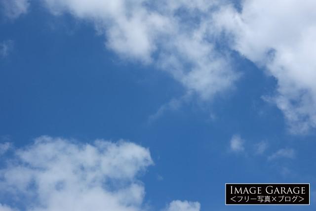 見上げた青空のフリー画像(無料写真素材)