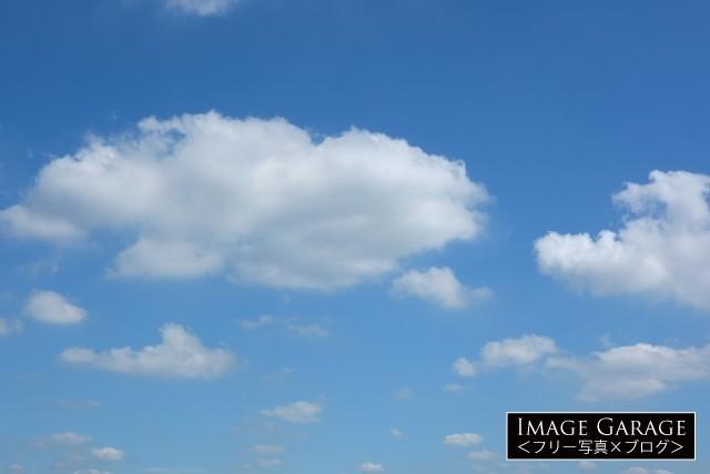 フワフワ雲がある青空(横)のフリー画像(無料写真素材)