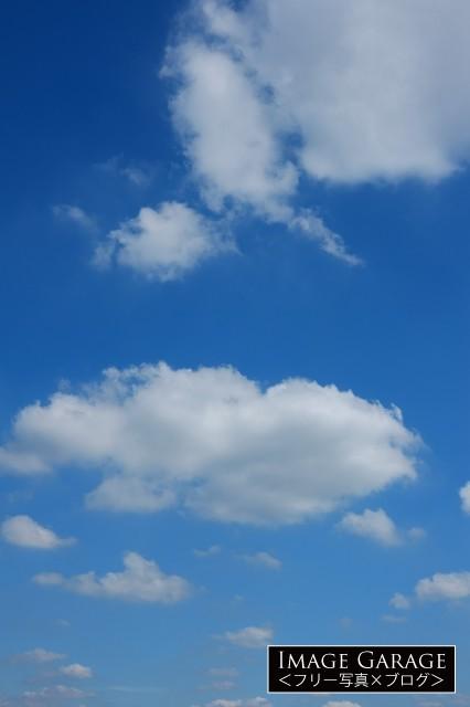フワフワ雲がある青空(縦位置)のフリー写真素材(無料画像)