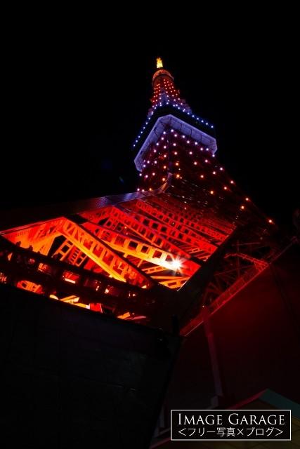 10月茜色の東京タワー(真下から)のフリー写真素材(無料画像)
