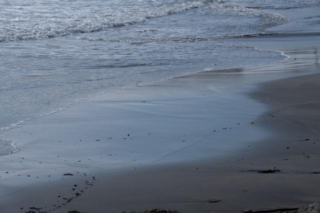 砂浜の波打ち際のフリー写真素材(無料画像)